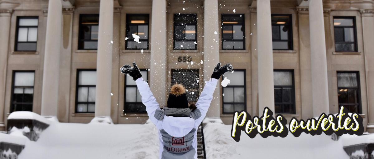 Un étudiant projette de la neige en l'air lors d'une journée portes ouvertes